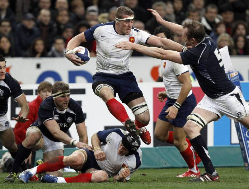 France's Imanol Harinordoquy (C) struggles with Scotland's Alastair Kellock (R) during their Six Nations rugby union match at the Stade de France stadium in Saint-Denis near Paris February 5, 2011. REUTERS/Gonzalo Fuentes (FRANCE - Tags: SPORT RUGBY)