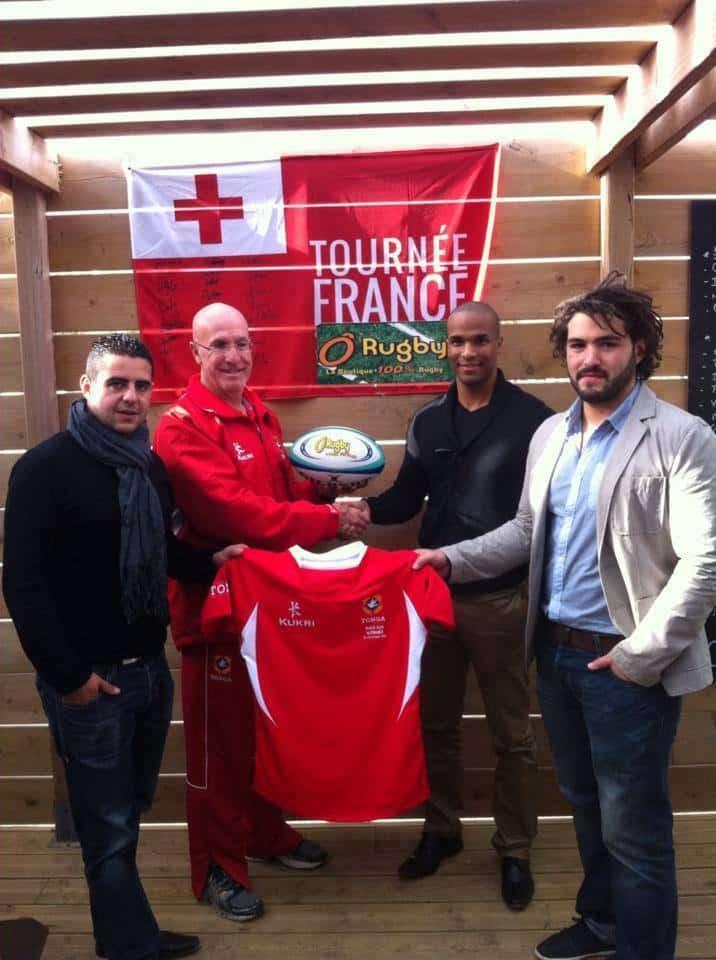Pierrick Riche, Jérémy Fluxa, et Pascal Onainty avec le manager général du Tonga, Peter Harding
