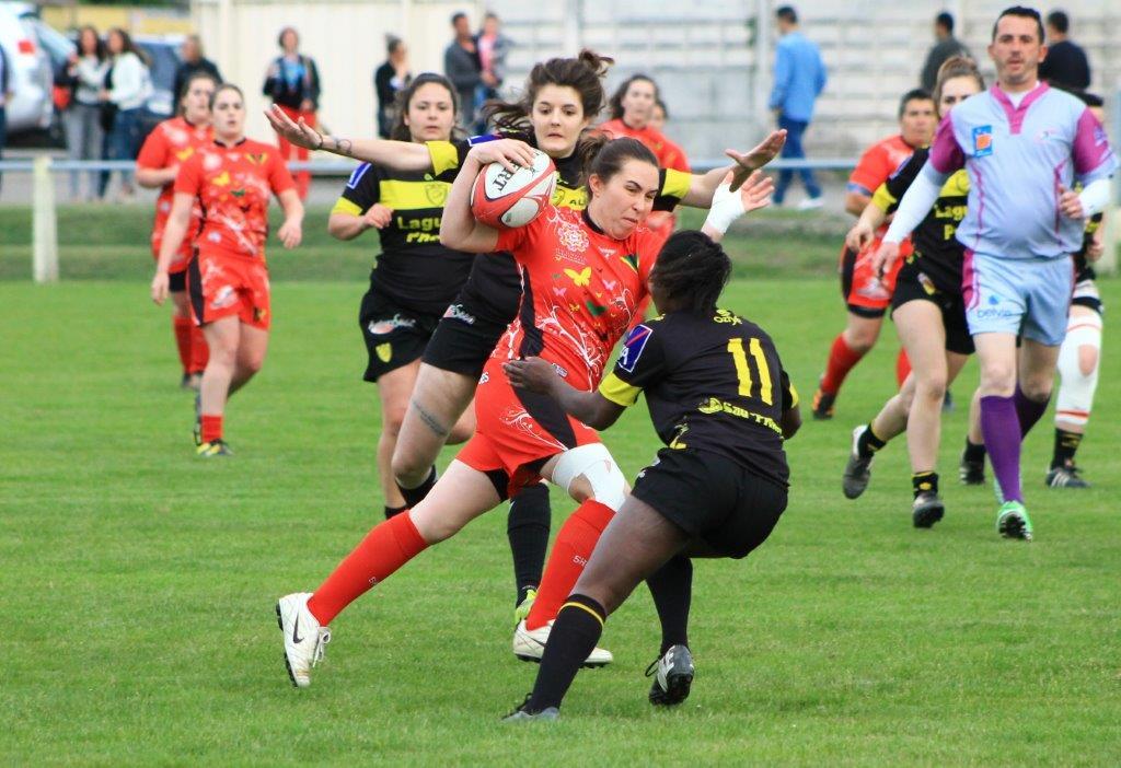 Entre le Rugby Club Féminin du Pays d'Olmes et les filles de Carcassonne, ça plane (photo P. Villalba)