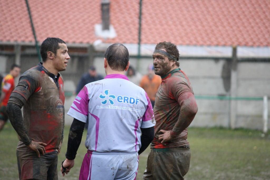 A Laroque-Belesta, on reconnaissait bien...l'arbitre (photos Alex Mico)