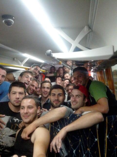 De retour dans le bus, les joueurs du RCQF ont posé pour Rugby Amateur. Merci à eux