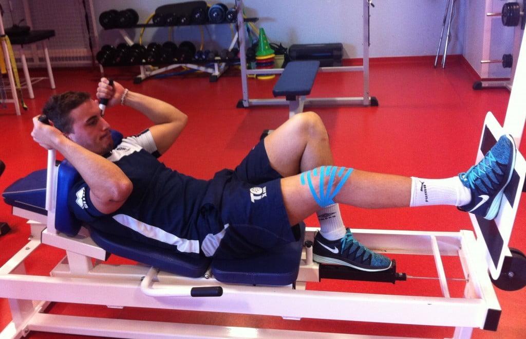 Arthur travaille sur son genou blessé
