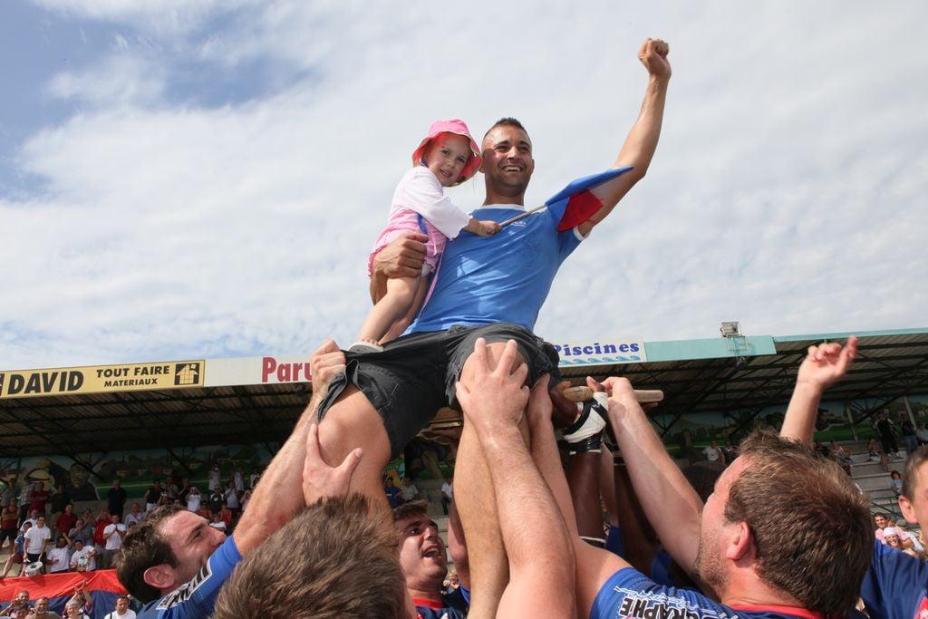 Cyril sur le bouclier avec sa fille Lilou - Lavaur champion de France 2009