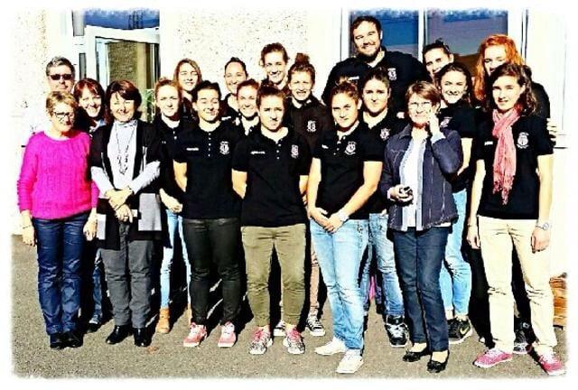 Les filles et coachs du Stade Toulousain tout sourire devant le centre Paul Dottin