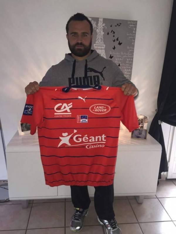 Maxime Escur - pilier d'Aurillac (ProD2) , ami et ancien coéquipier de Seb sous les couleurs du C.A.Castelsarrasin qui offre son maillot dédicacé par toute l'équipe pour la tombola .
