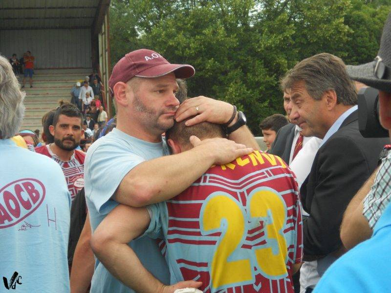 le coach de Caudecoste, David Boudey, les larmes aux yeux, tente de consoler les siens