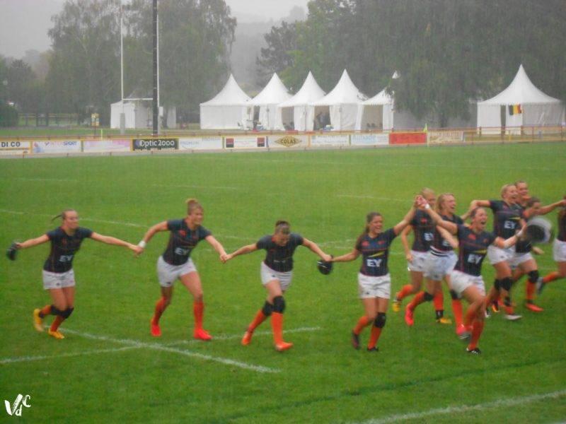 la-joie-des-hollandaises-sous-une-pluie-battante-apres-la-victoire-en-plate