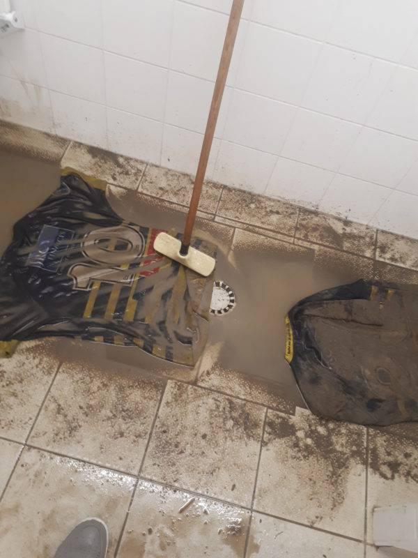 Le nettoyage des maillots est devenu le rituel des lundis hivernaux