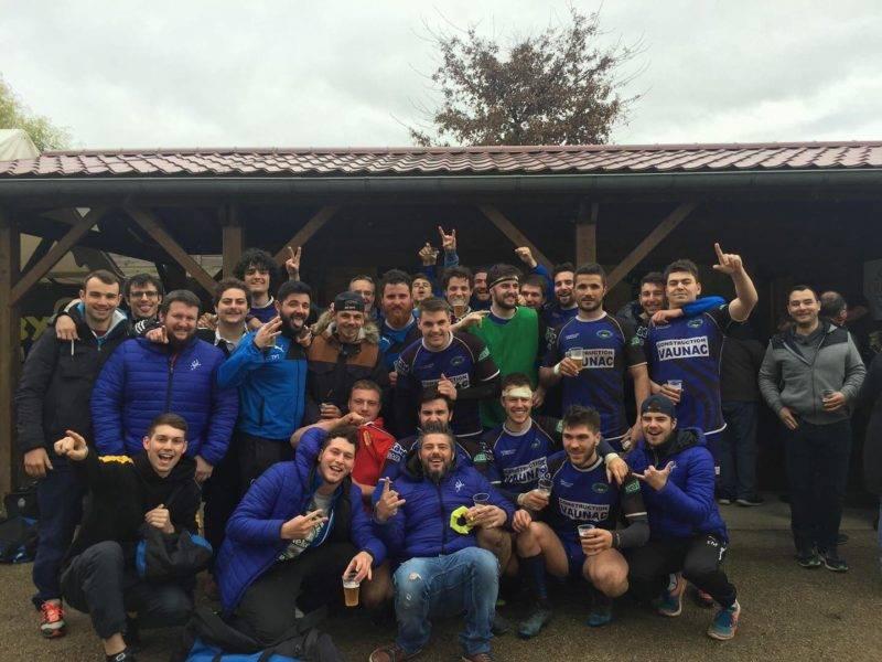 l'équipe de Sarlat équipe 1 et 2 réunis après la belle victoire de la première sur la pelouse de Lalinde sur le score de 37 à 22