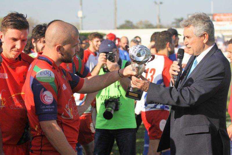 La Coupe remise par M. Pujol président du comité