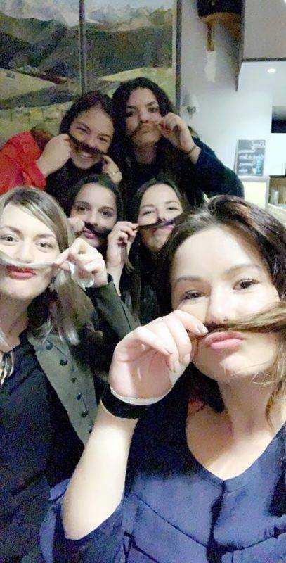 Les filles du haut salat après un match perdu contre l'entente commingeoise soutiennent le mouvement du novembre en fêtant la défaite