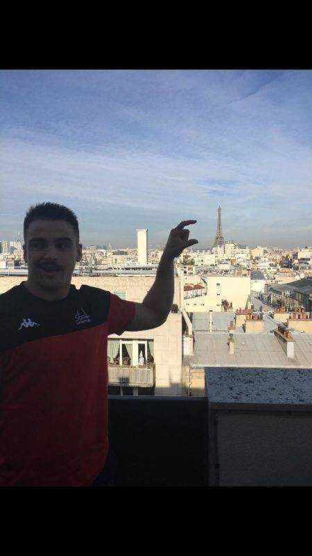 le stade Langonnais jouait à Paris contre Suresnes le troisième ligne Antoine Thomas a voulut ramener une photo souvenir de la Tour Eiffel