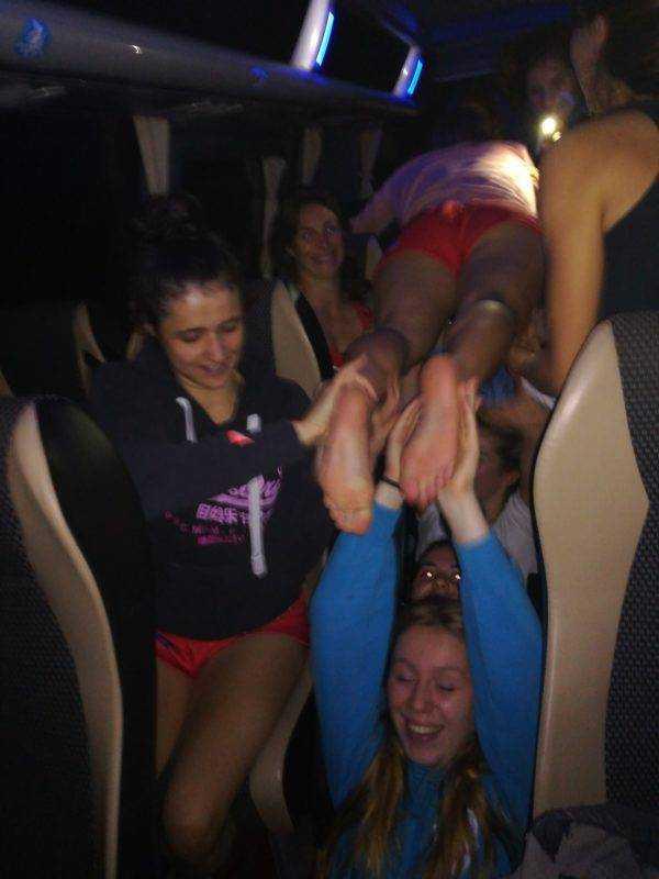 malgré la défaite les filles de Decazeville Maurs s'amuse bien dans le bus