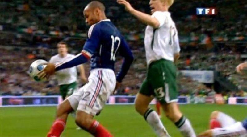 111933 image tv de la main de thierry henry contre l irlande le 18 novembre 2009 au stade de france