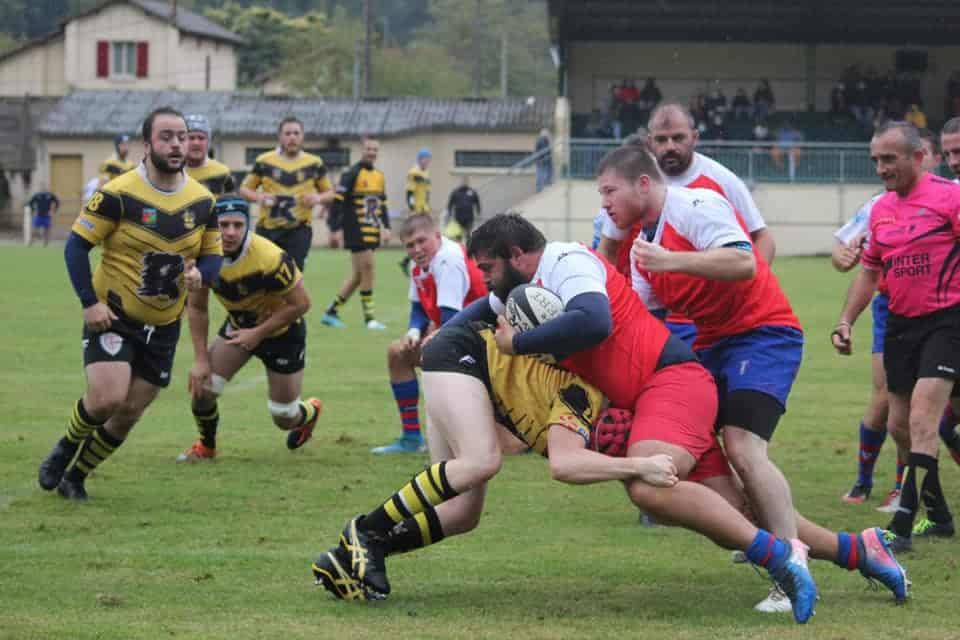 Juillac Objat (en rouge et bleu) s'est heurté à une solide équipe de Lalinde (en or et noir) (crédit photo USJO)