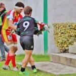 Guillaume Lazerges et son homologue de Nafarroa déposent une gerbe sur la stèle du stade Léopold Gouiric pour rendre hommage aux joueurs et dirigeants du SGSCC disparus