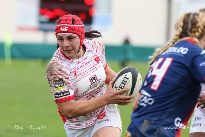 Alexia balle en mains sous le maillot du Lons Rugby Féminin Béarn Pyrénées (Photo Poums64).