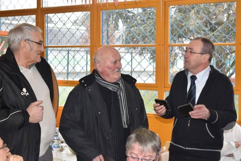 Alain Rey remet la médaille du Comité à Robert Hernandez et Pierre Pauziès, 2eme ligne de 72 et actuel Président de Carmaux.