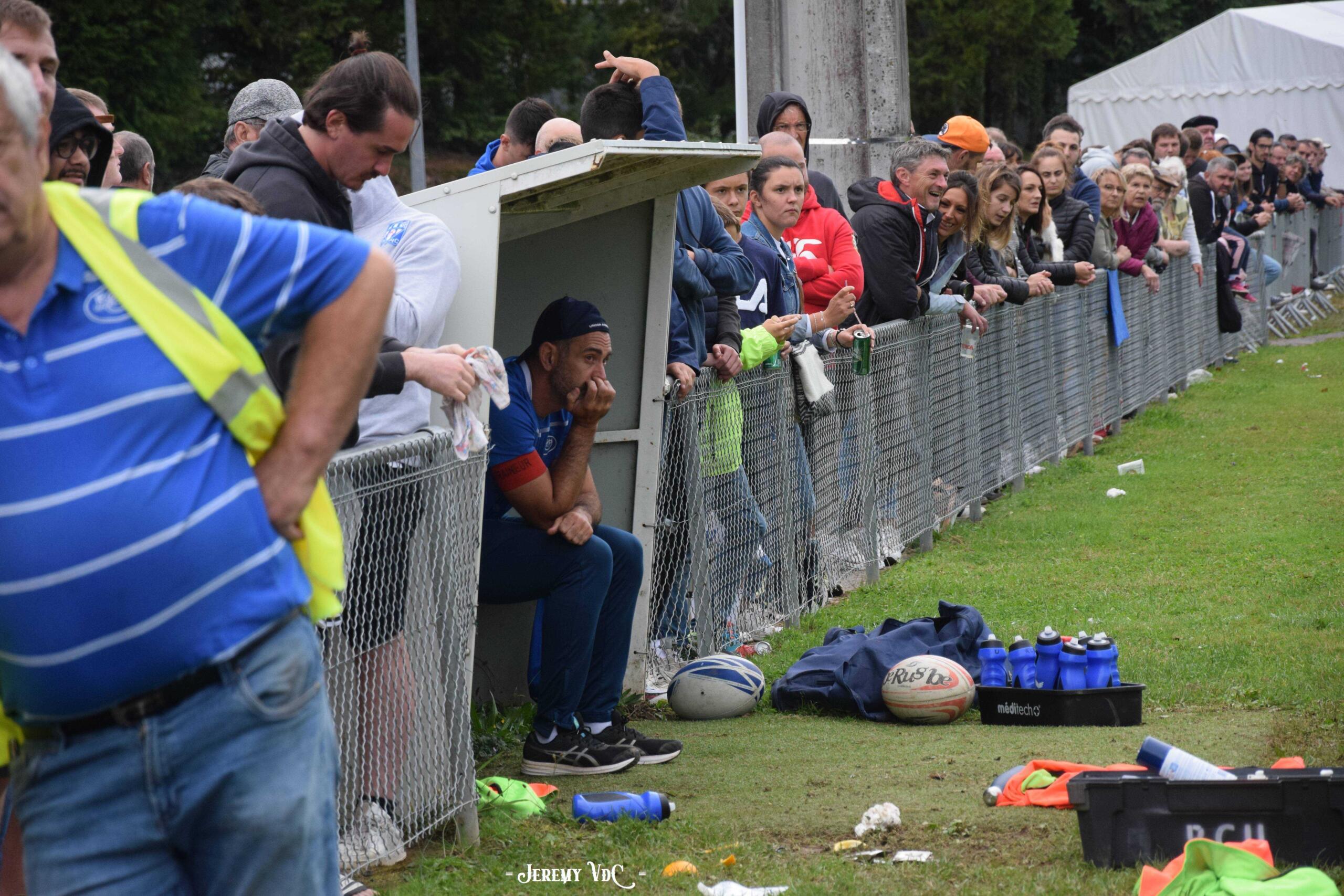 22-33 à dix minutes du terme, c'était la grise mine sur le banc uzerchois, devant les nombreux supporters venus au stade (crédit Jeremy VdC)