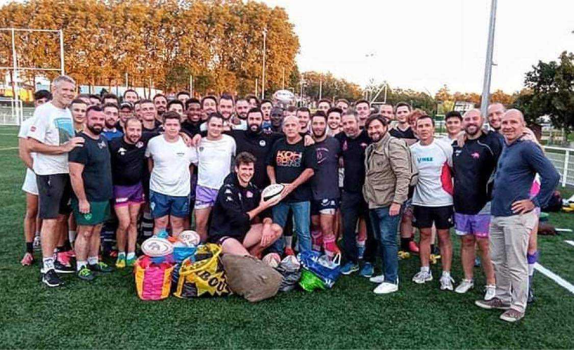 Les joueurs présents à l'entraînement, accompagnés du staff et des dirigeants Lecistes, ont remis avec le sourire du matériel de rugby pour l'association Ovalie Mora Mora (crédit LEC)